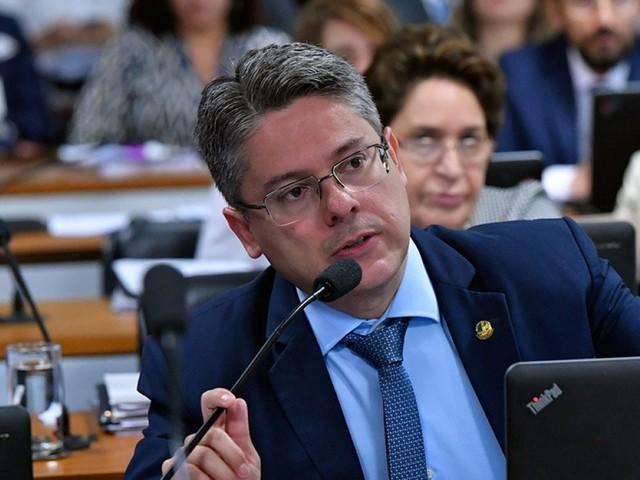 Antes de votação no STF, projeto que criminaliza homofobia avança no Senado