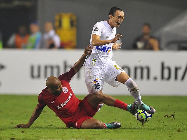 Em duelo direto, Santos e Internacional se enfrentam na Vila Belmiro