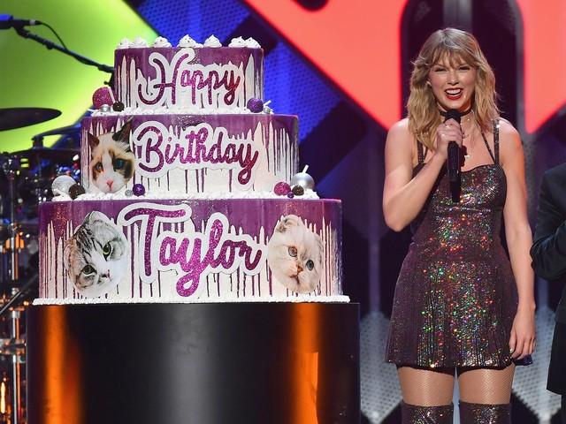 Taylor Swift celebra aniversário de 30 anos em show e ganha bolo gigante no palco
