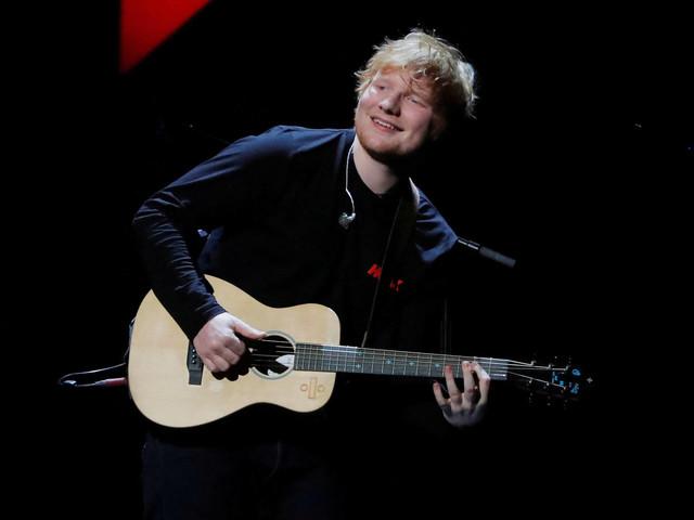 Ed Sheeran passeia por São Paulo e compra guitarra
