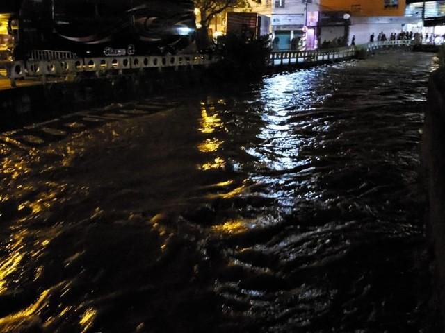 Chuva alaga ruas em Teresópolis, RJ, mas água baixa e programação de carnaval é mantida