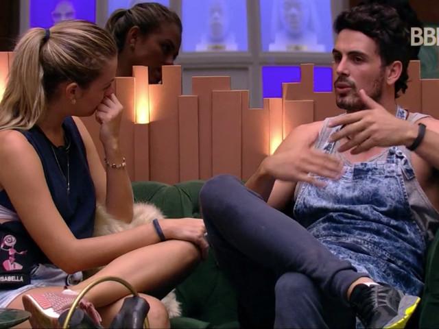 BBB19: Voltaram? Maycon dá beijão em Isabella e pega sister de surpresa