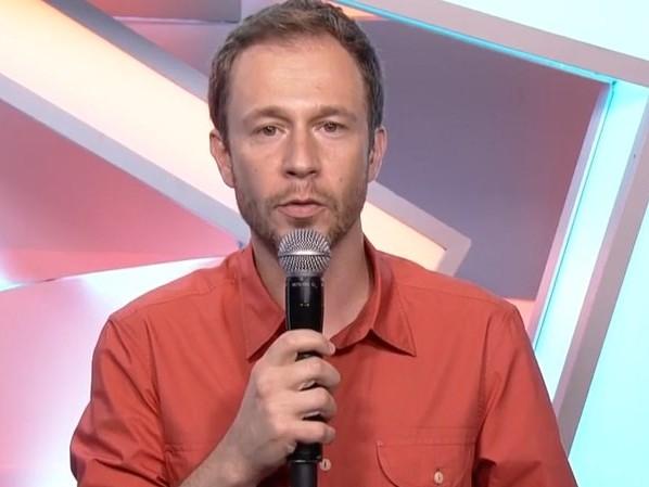 Muito abalado, Tiago Leifert interrompe discurso no BBB após morte chocante no The Voice Kids