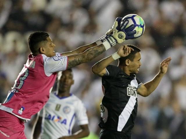 Com festa da torcida, posse de bola e rato no campo, Vasco vence o Bahia só por 2 a 0 e sai da Copa do Brasil