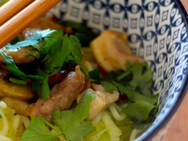 Caldo Oriental de Frango e Noodles (receita também em video)