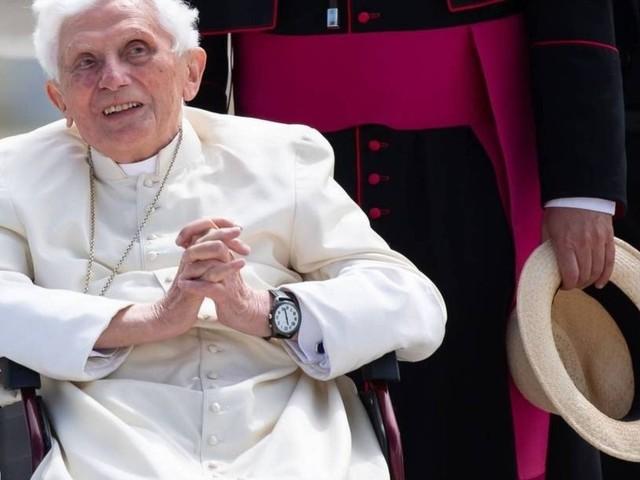 Papa emérito Bento XVI manda recado para 'fanáticos' que rejeitam sua renúncia: 'Há apenas um Papa'