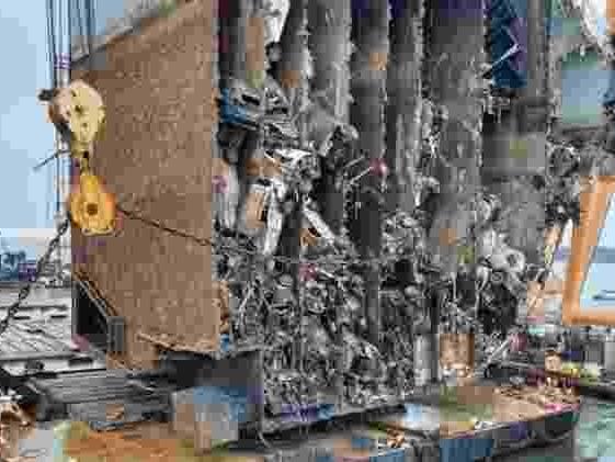 Cargueiro na costa dos EUA | Carro 'sobrevive' intacto após navio ser fatiado, mas destino deve ser cruel