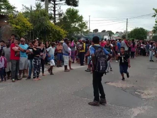 Moradores de Porto Alegre protestam em delegacia contra supostos sequestros de crianças