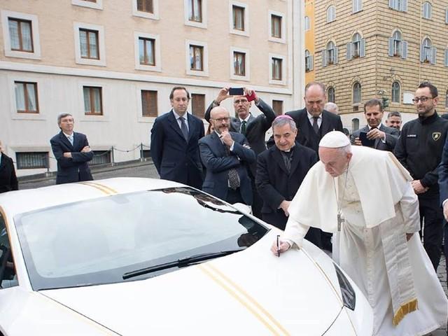 Papa Francisco ganha um Lamborghini Huracán RWD