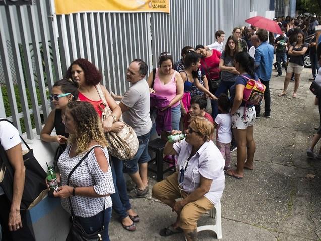 SP: Pessoas madrugam nas filas em busca da vacina contra febre amarela