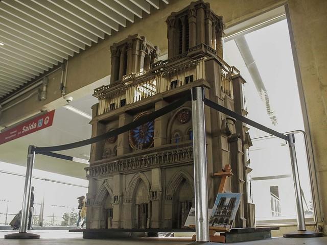 Exposição na estação Aeroporto-Guarulhos da CPTM tem escultura da Catedral de Notre Dame de Paris