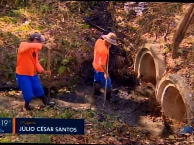 Limpeza é feita em córregos e rios de Divinópolis para prevenir alagamentos no período de chuva