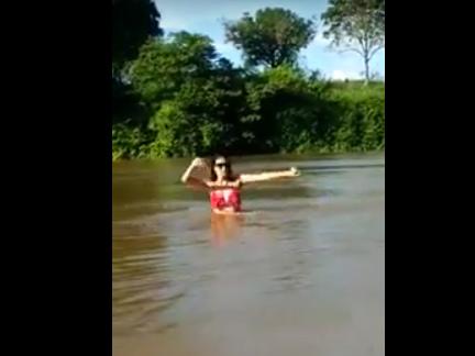 Foi imitar a Anitta no rio e quase se afogou