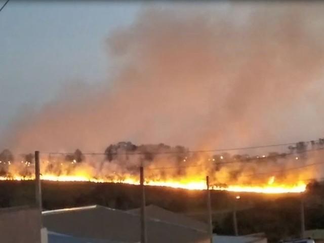 Corpo de Bombeiros de Araraquara combate incêndio em pastagem às margens da SP-310