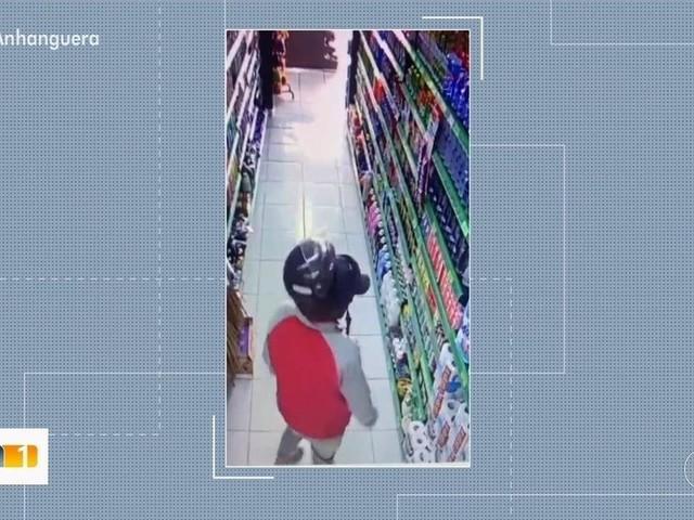 Homem furta cera de carro escondendo dentro do capacete, em Goiânia; veja vídeo