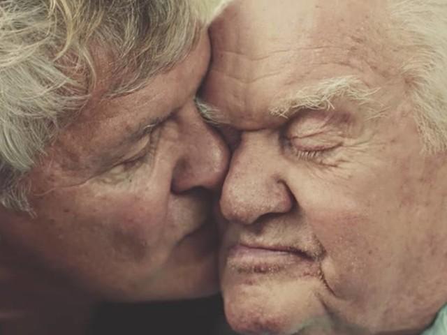 Gillette emociona com a história de um filho que cuida do pai idoso