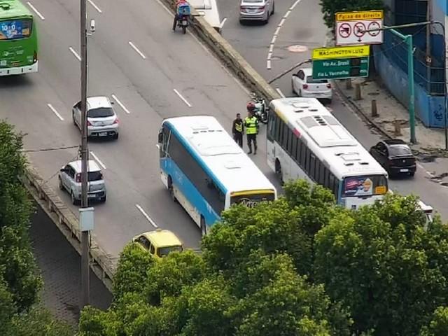 Acidente entre ônibus e moto deixa um ferido no Centro do Rio