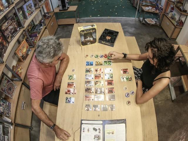 Não é só Banco Imobiliário e War não | Modernos jogos de tabuleiro têm se tornado populares no Brasil