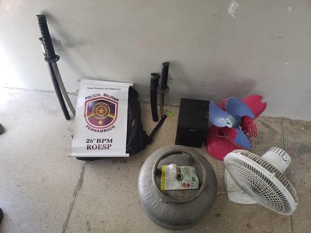 Homem é preso com espadas ninja após roubar casa em Itamaracá