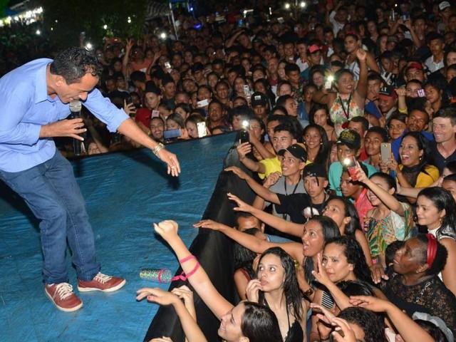 Cantor de 'Caneta Azul' pretende fazer turnê fora do Brasil quando terminar de gravar primeiro CD