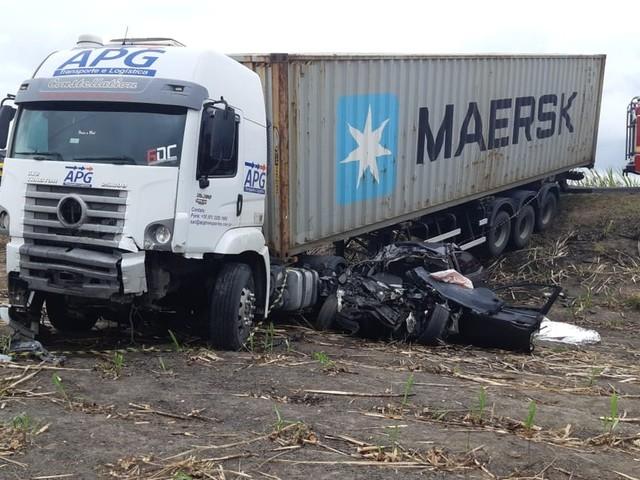 Colisão entre carreta e carro deixa um morto em Marechal Deodoro, AL