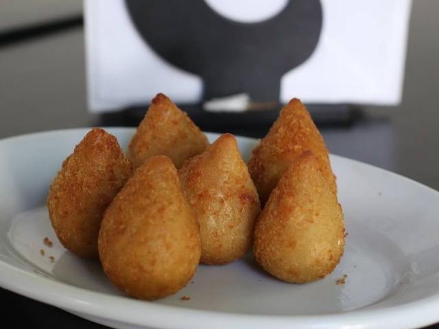 Coxinhas de galinha caipira: aprenda o necessário para preparar de forma simples o salgado