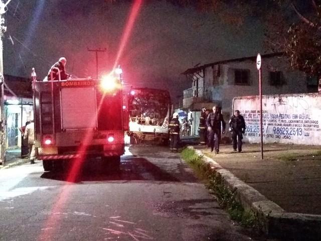 Criminosos incendeiam ônibus e posto de combustível na 18ª noite seguida de ataques no Ceará