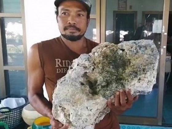 Catador de lixo encontra âmbar de baleia avaliado em R$2,9 milhões