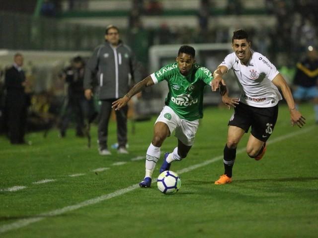 Jadson marca no fim, Corinthians elimina a Chape e avança à semi