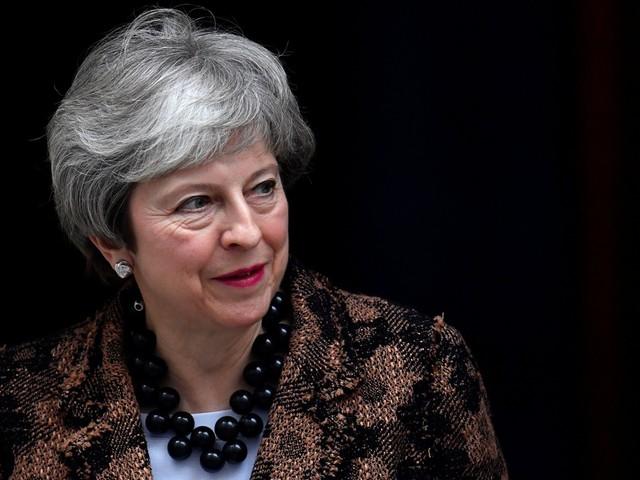 Theresa May segue 'determinada' a aplicar Brexit no prazo