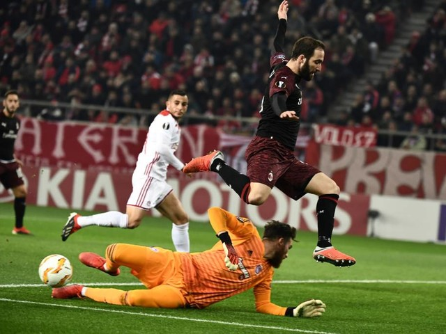 Milan perde para o Olympiacos e está eliminado da Liga Europa