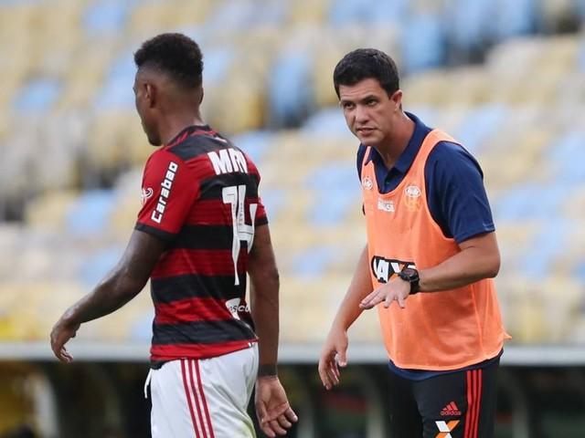Substituível no Flamengo, Vitinho vira coadjuvante na reta final da temporada