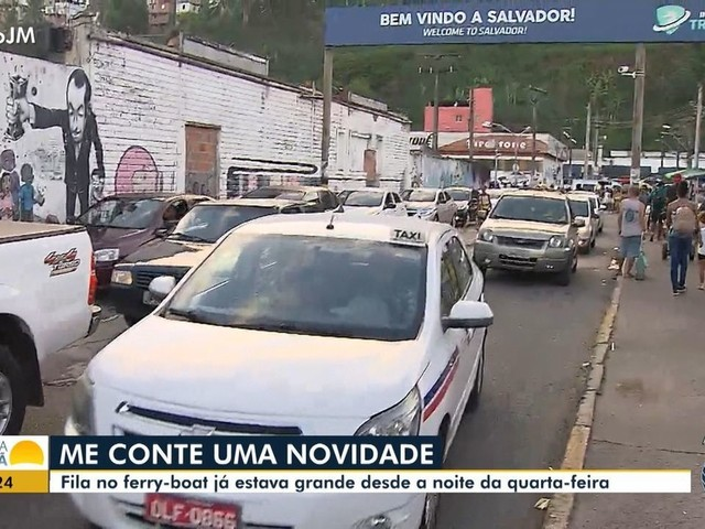 Ferry-boat de Salvador tem grande fila de carros e pedestres na manhã desta quinta, véspera do feriado de Semana Santa