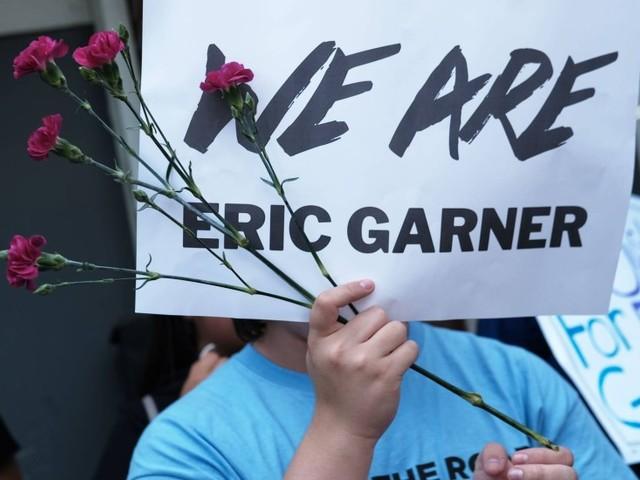Polícia de Nova York demite policial que matou Eric Garner com mata-leão