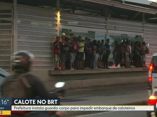 Prefeitura do Rio instala guarda-corpos para inibir caloteiros no BRT