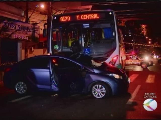Acidente entre carro e ônibus no Centro de Uberlândia deixa feridos
