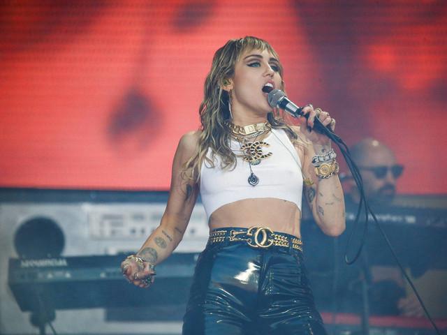 Miley Cyrus lança faixa melancólica após separação e reclama de vícios do ex-marido