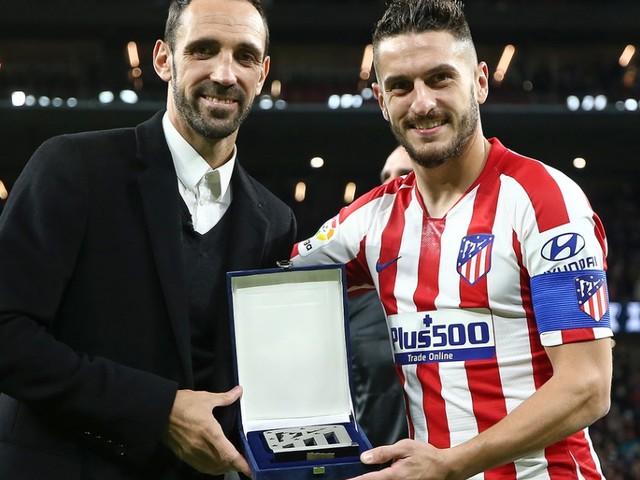 Juanfran é homenageado em visita ao Atlético de Madrid