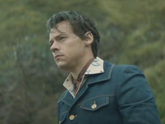 """Tem conceito, coesão, aclamação e narração de Rosalía no trailer do novo clipe de Harry Styles, """"Adore You"""""""
