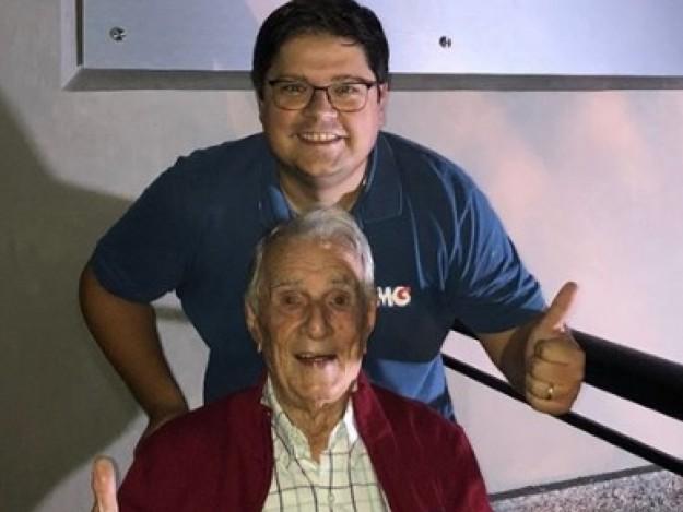 Aos 99 anos, Seu Peru, da Escolhinha, estreia nas redes sociais e fica empolgado