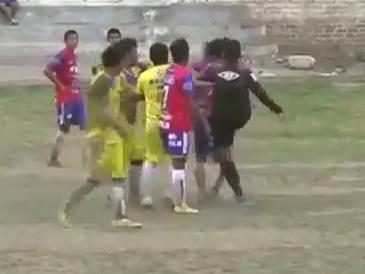 Juiz se irrita com empurrão e agride jogador com um chute no Peru; veja