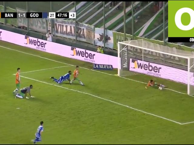 """Incrível! Jogador salva gol no último lance e """"ajuda"""" o Boca na Argentina"""