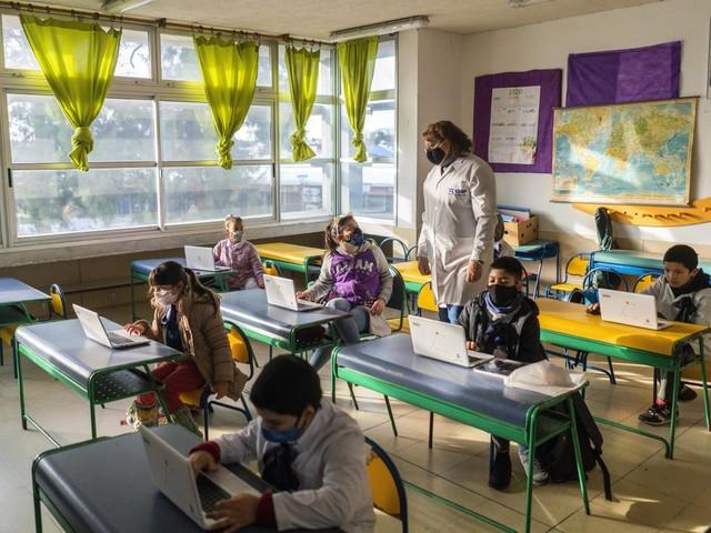 """Com mais de 1 bilhão de alunos fora da escola, ONU alerta para risco de """"catástrofe geracional"""""""