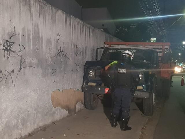 Caminhão bate em muro e motorista tenta fugir no bairro Cristo Redentor, em Fortaleza