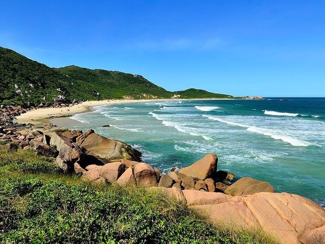 Conheça 8 praias de nudismo no Brasil e dicas para visitá-las