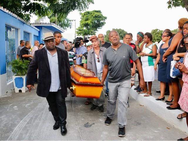 Corpo de Dona Ivone Lara é enterrado sob aplausos no Cemitério de Inhaúma, no Rio