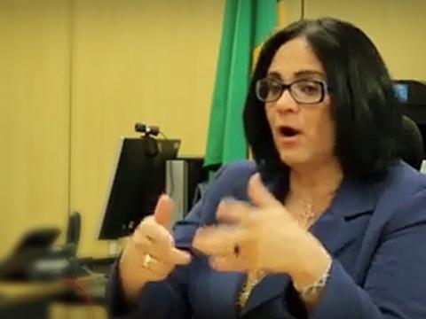 Em nova polêmica, Damares Alves aconselha pais de meninas a fugirem do Brasil