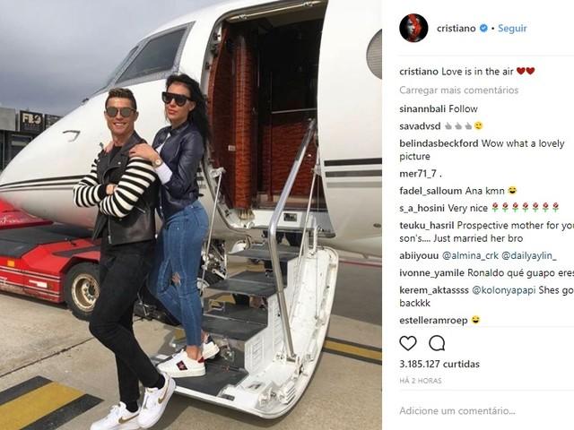"""Cristiano Ronaldo ostenta avião com namorada: """"O amor está no ar"""""""