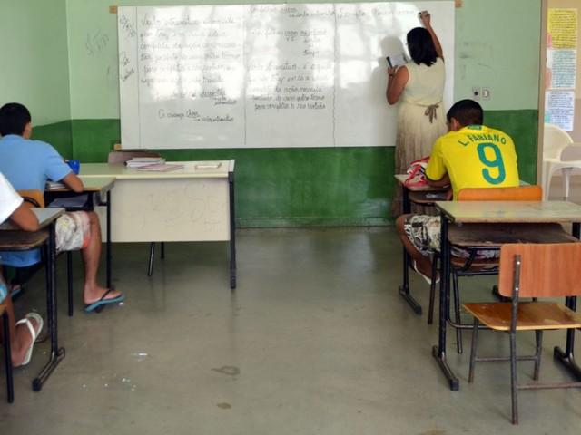 Vírgulas e crases   Ministério comete erros ao parabenizar professores nas redes