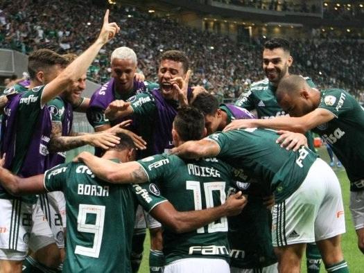 Torcedores do Palmeiras protestam contra Vivo por piada de executivo